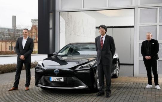 Japanischer Generalkonsul ab sofort im neuen Toyota Mirai (Kraftstoffverbrauch [nach WLTP] Wasserstoff kombiniert 0,89-0,79 kg/100 km; Stromverbrauch kombiniert 0 kWh/100 km; CO2-Emissionen kombiniert 0 g/km) unterwegs