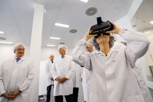 Wirtschaftssenatorin Pop besucht B. Braun-Pharmawerk in Berlin