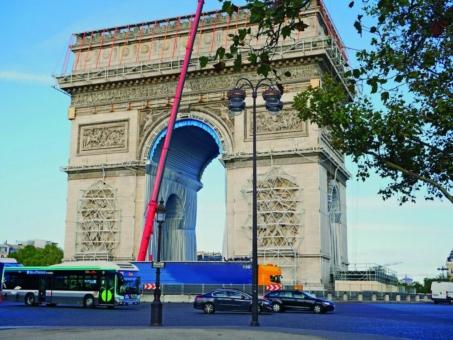 Zurrgurte von Dortmunder Familienunternehmen sichern Verhüllung des Arc de Triomphe